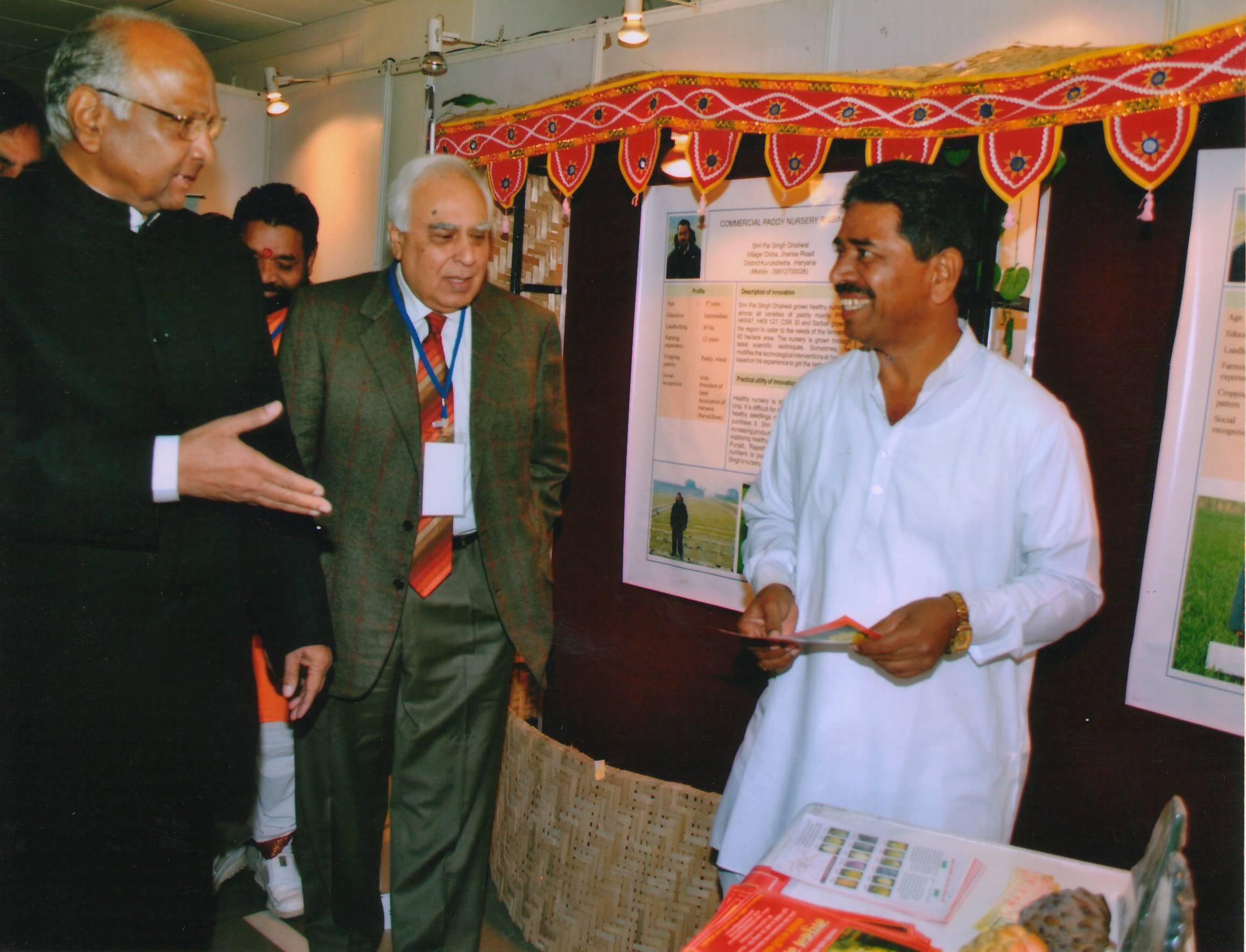 दिल्ली येथील एका कार्यक्रमात तत्कालीन केंद्रीय मंत्री शरद पवार यांना NMK 1 Golden या नवीन वाणाची माहिती देताना