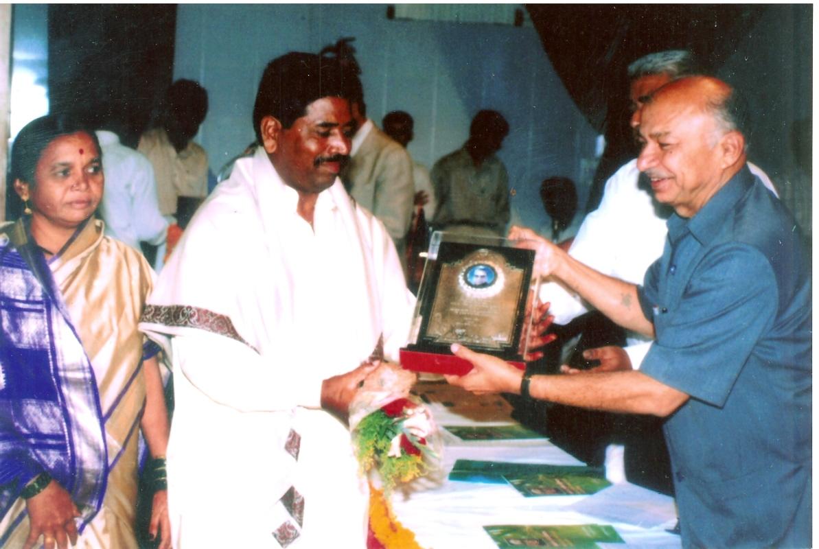 तत्कालीन मुख्यमंत्री सुशीलकुमार शिंदे यांच्या हस्ते वसंतराव नाईक निर्यात पुरस्कार स्वीकारताना