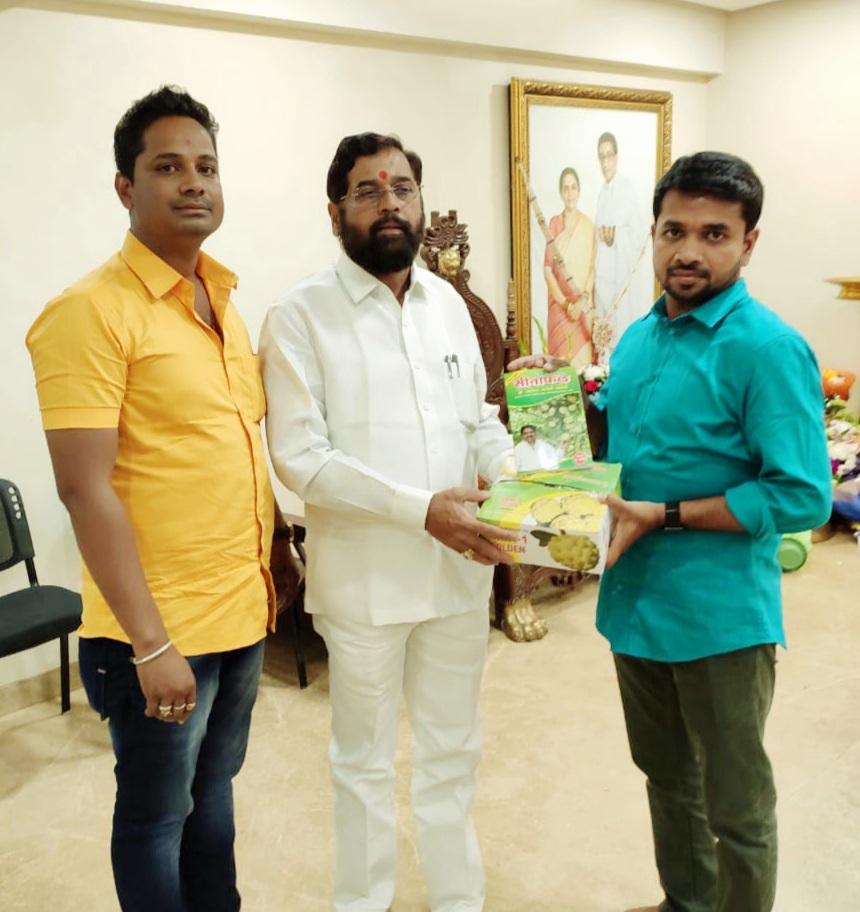 राम कदम साहेबांनाNMK 1 Golden सिताफळ भेट देत असताना प्रवीण कसपटे सर